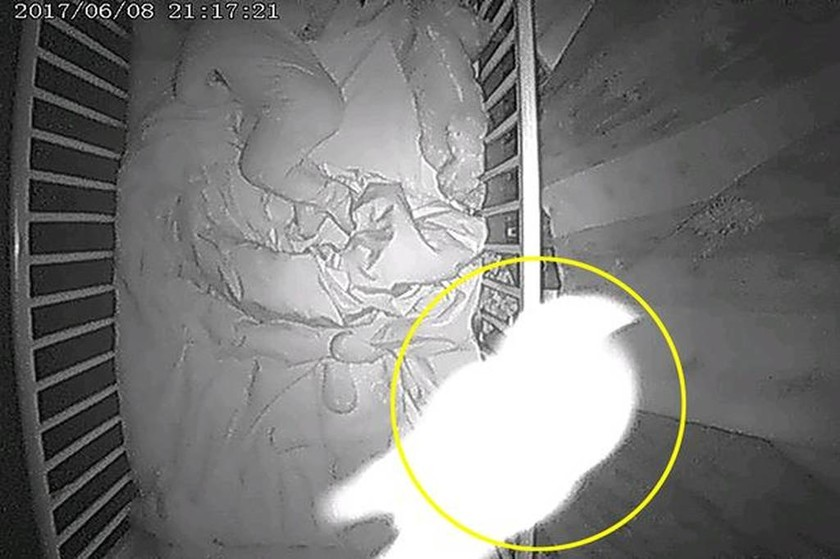 Ανατριχιαστικό: Μωρό… φάντασμα κοιμάται μαζί με άλλο βρέφος μέσα στην κούνια! (pics)