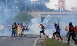 Εικόνα χάους στη Βενεζουέλα: Μαζικές διαδηλώσεις κατά της κυβέρνησης Μαδούρο