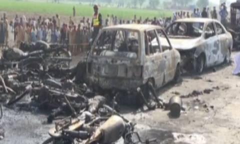 Τραγωδία στο Πακιστάν: Δεκάδες άνθρωποι απανθρακώθηκαν σε πυρκαγιά από ανατροπή βυτιοφόρου (Vids)