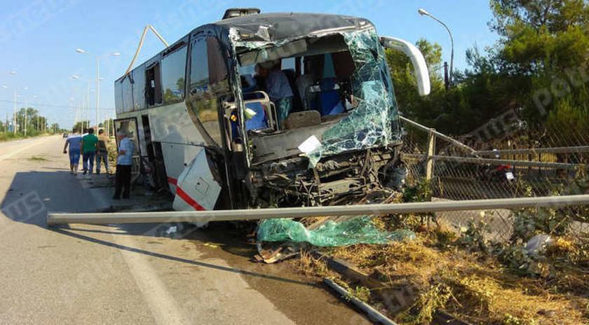 Τρόμος στην εθνική οδό Πατρών-Πύργου: Τουριστικό λεωφορείο σάρωσε τα πάντα στο πέρασμά του (pics)