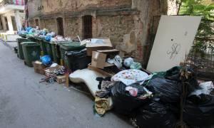 Ασφυξία διαρκείας από καύσωνα και σκουπίδια: 20.000 τόνοι απορριμμάτων «πνίγουν» την Αττική