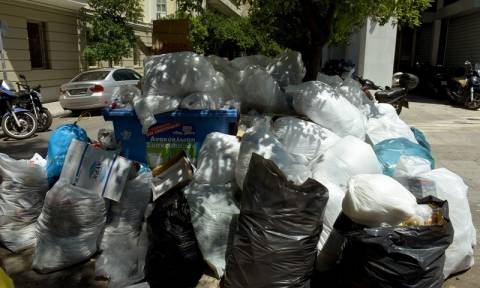 ΠΟΕ-ΟΤΑ: Στάση εργασίας και συγκέντρωση διαμαρτυρίας σήμερα εν μέσω «βουνών» από σκουπίδια