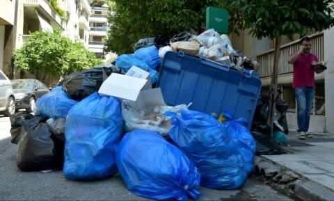 Σκουπίδια απεργία - «Ναυάγιο» στη συνάντηση Σκουρλέτη με ΠΟΕ - ΟΤΑ: Στους δρόμους τα σκουπίδια