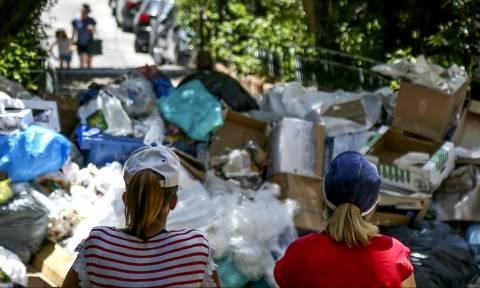 Εν μέσω καύσωνα μαζεύουν τα σκουπίδια – Σε τρεις μέρες θα καθαρίσει η Αθήνα