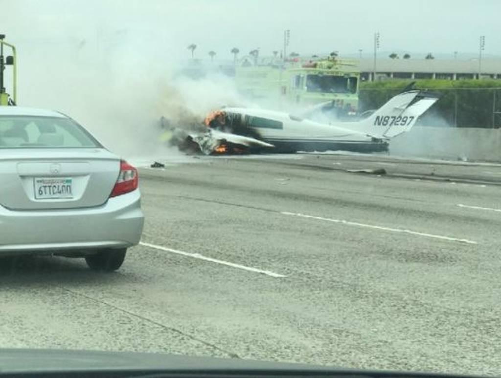 ΤΩΡΑ: Αεροπλάνο έπεσε σε αυτοκινητόδρομο της Καλιφόρνια (pics)