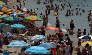 Καύσωνας: Όπου φύγει φύγει... Χαμός στους δρόμους που οδηγούν στις παραλίες