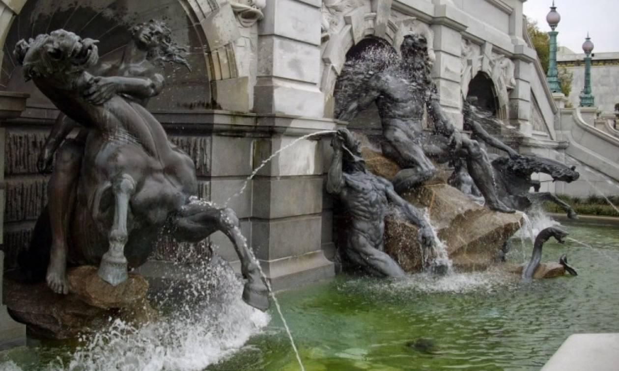 Πρόστιμο 500 ευρώ για όποιον τολμήσει να... λιαστεί στα συντριβάνια της Ρώμης!