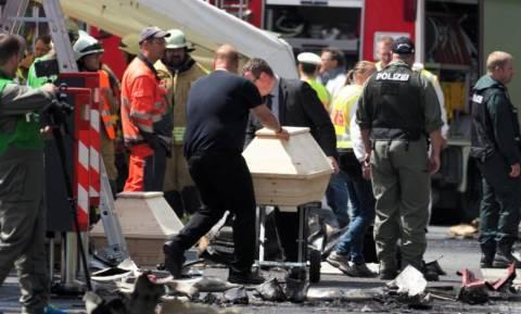 Εικόνες-σοκ στη Γερμανία: Ανασύρουν συνεχώς πτώματα μέσα από το τουριστικό λεωφορείο