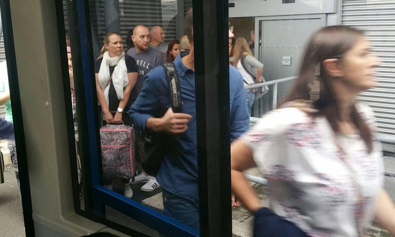 Συναγερμός στη Βρετανία: Δείτε εικόνα από την εκκένωση του αεροδρομίου του Μάντσεστερ
