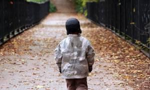 Σοκ στη Λάρισα: Αγοράκι 1,5 ετών βρέθηκε να περιφέρεται μόνο του στο δρόμο
