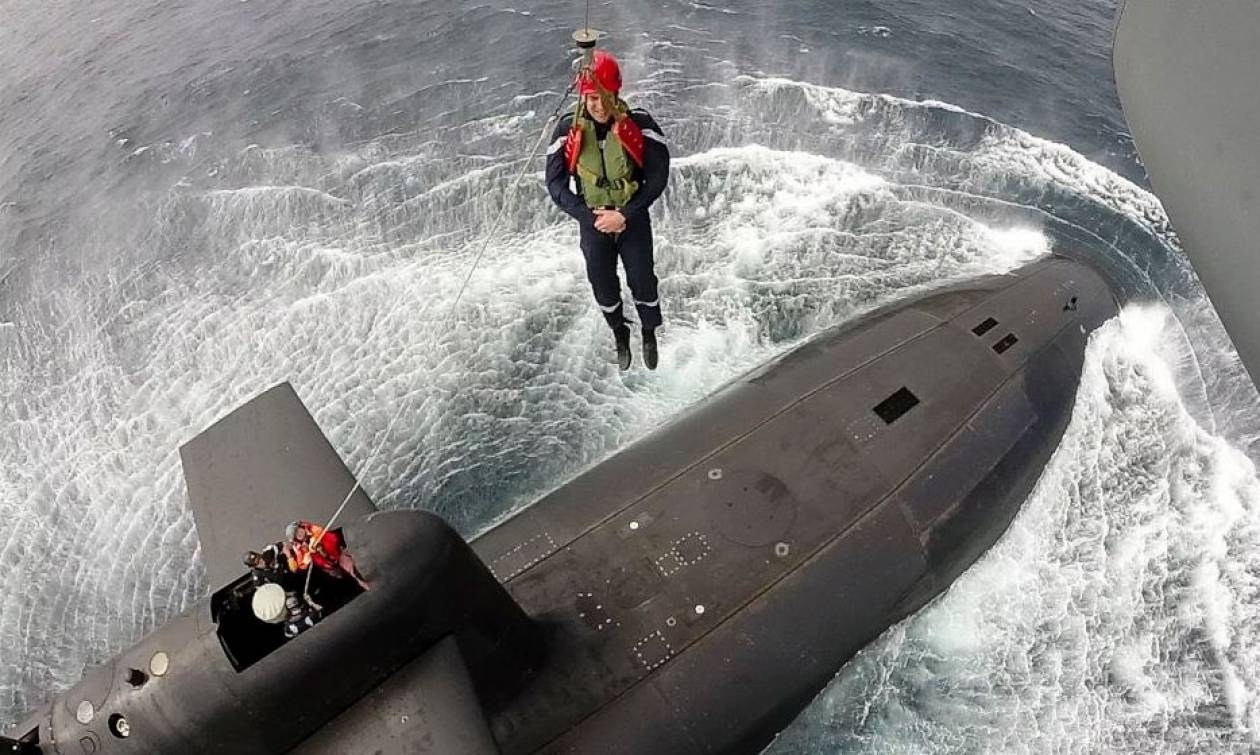 Γαλλία: Ο Μακρόν σε ρόλο... κομάντο - Κρεμάστηκε από σχοινιά και μπήκε σε υποβρύχιο (pics)