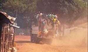 Τραγωδία: Τουλάχιστον 78 νεκροί από ανατροπή φορτηγού