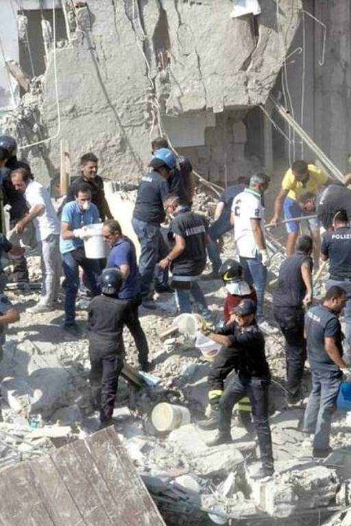 Εικόνες Σοκ - Ιταλία: Κατέρρευσε πολυκατοικία στη Νάπολη - 8 αγνοούμενοι (pics+vids)