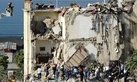 Εικόνες Σοκ - Ιταλία: Κατέρρευσε πολυκατοικία στη Νάπολη - 7 αγνοούμενοι (pics+vids)