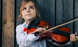 Τα 7 σημαντικά οφέλη της μουσικής στην ανάπτυξη του παιδιού, που θα σας εκπλήξουν