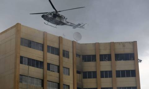 Βίντεο-Σοκ: Πήδηξε από τον ένατο όροφο του υπουργείου Οικονομικών για να σωθεί