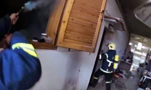 Κατερίνη - Συγκλονιστικό βίντεο: Καρέ – καρέ η διάσωση άνδρα από φλεγόμενο σπίτι