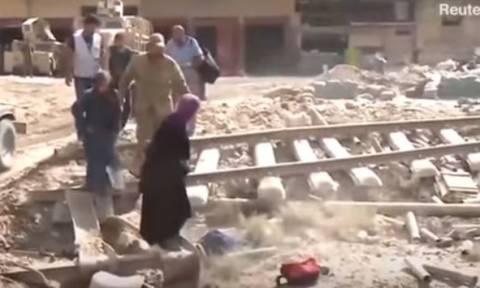 Ιράκ: Συγκλονίζει το σκελετωμένο αγόρι της Μοσούλης που κρυβόταν σε υπόγειο (vid)