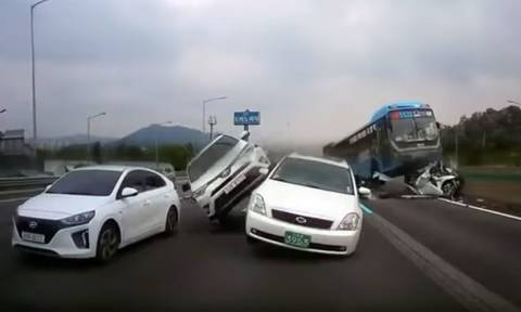 «Σαν τρελό φορτηγό»: Ίσως ένα από τα τρομακτικότερα ατυχήματα που έχουν καταγραφεί σε βίντεο
