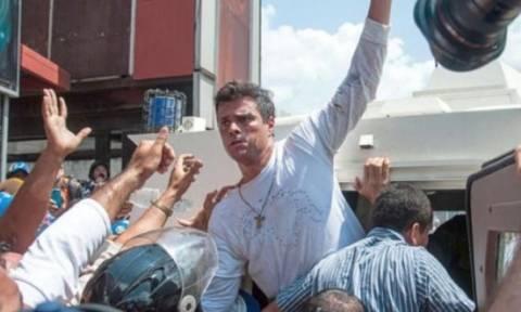 Ελεύθερος ο ηγέτης της αντιπολίτευσης στη Βενεζουέλα, Λεοπόλδο Λόπες