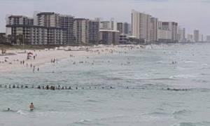 Συγκλονιστικό: Σχημάτισαν ανθρώπινη αλυσίδα στην παραλία για να σωθεί οικογένεια που πνιγόταν
