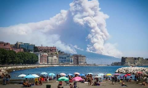Πανικός στη Νάπολη: Στις φλόγες ο Βεζούβιος (pics+vids)