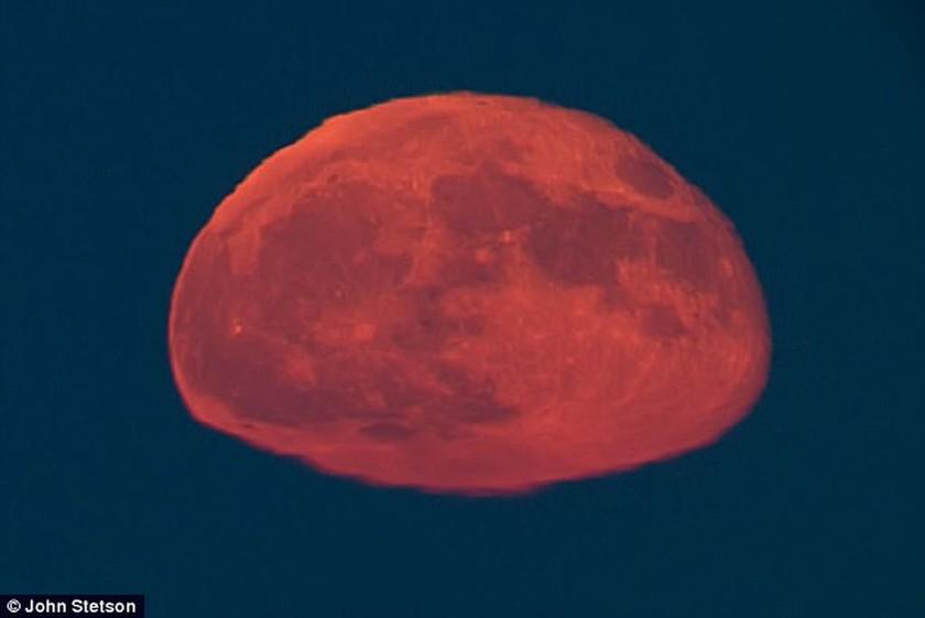 Το... ορθογώνιο φεγγάρι που προκάλεσε θεωρίες συνωμοσίας! (pics)