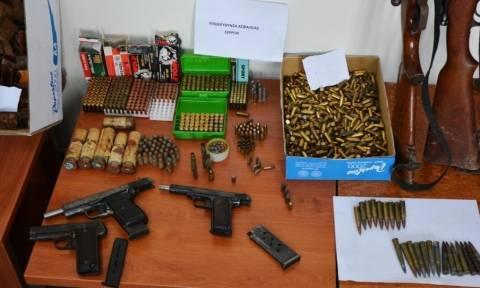 Σέρρες: Και τι δεν είχε...από όπλα 48χρονος μέσα στο σπίτι του (pics)