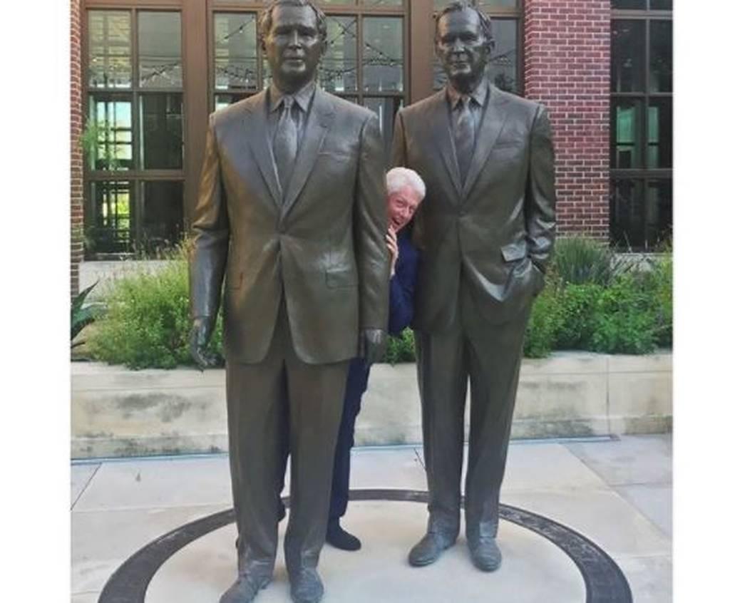 ΗΠΑ: Η επική πόζα του Κλίντον ανάμεσα... στους δύο Μπους! (pic)