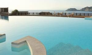 Σοκ σε ξενοδοχείο στην Κρήτη: Νεαρή τουρίστρια «βούτηξε» στο κενό