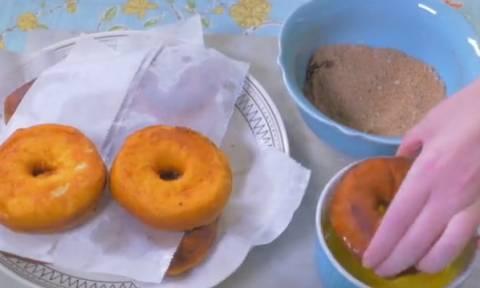 Λαχταριστά ντόνατς για πρωινό; Δείτε πώς θα τα φτιάξετε μόνοι σας (video)