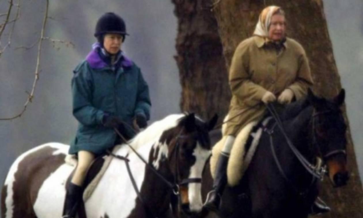 Στα 91 της χρόνια, η βασίλισσα Ελισάβετ εθεάθη να ιππεύει!