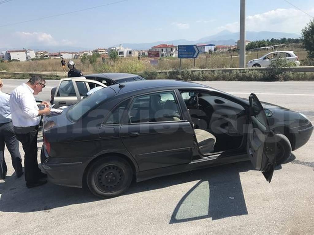 Τρίκαλα: Εγκλωβισμένη γυναικά μετά από σφοδρή καραμπόλα τριών αυτοκινήτων