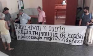 Λάρισα: «Μπλόκο» σε πλειστηριασμούς -  Ένταση μεταξύ διαδηλωτών και Αστυνομίας