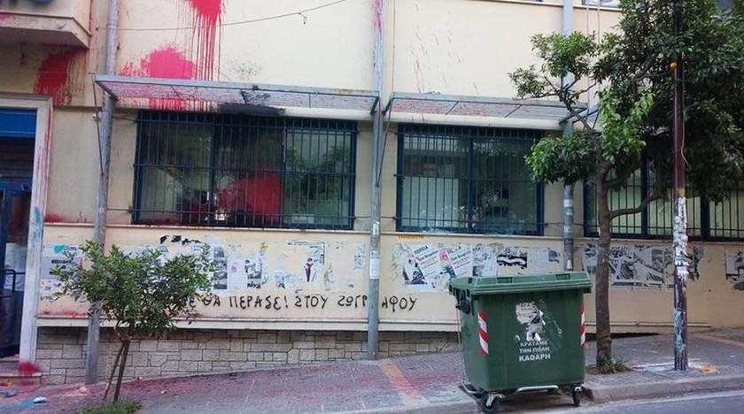 Επιδρομή του Ρουβίκωνα με βαριοπούλες και μπογιές στο δημαρχείο Ζωγράφου (pics)