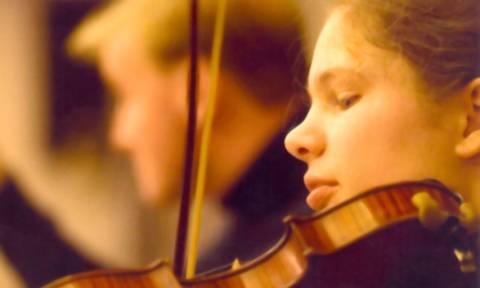 Έμι Στορμς: Η Ολλανδή βιολίστρια που παίζει Τσιτσάνη (Vid)