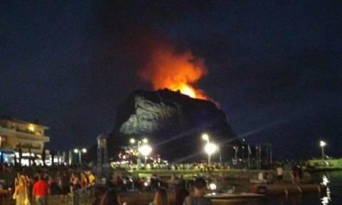 Φωτιά τώρα: Σε εξέλιξη πυρκαγιά πάνω από το κάστρο της Μονεμβασιάς