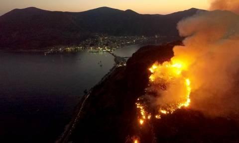 Φωτιά: Δύσκολη νύχτα στη Μονεμβασία - Σε εξέλιξη η πυρκαγιά πάνω από το κάστρο
