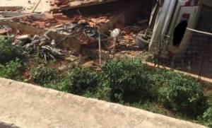 Τρομακτικό τροχαίο στα Χανιά: Αυτοκίνητο έπεσε από γέφυρα και «προσγειώθηκε» σε σπίτι – Εικόνες ΣΟΚ