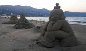 Εξακολουθούν να εντυπωσιάζουν ξένους και Έλληνες επισκέπτες τα γλυπτά στην Αμμουδάρα (vid)