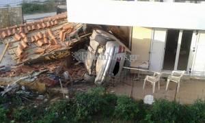 Απίστευτο τροχαίο στα Χανιά: Βουτιά στον αέρα και «προσγείωση» αυτοκινήτου σε σπίτι (pics)