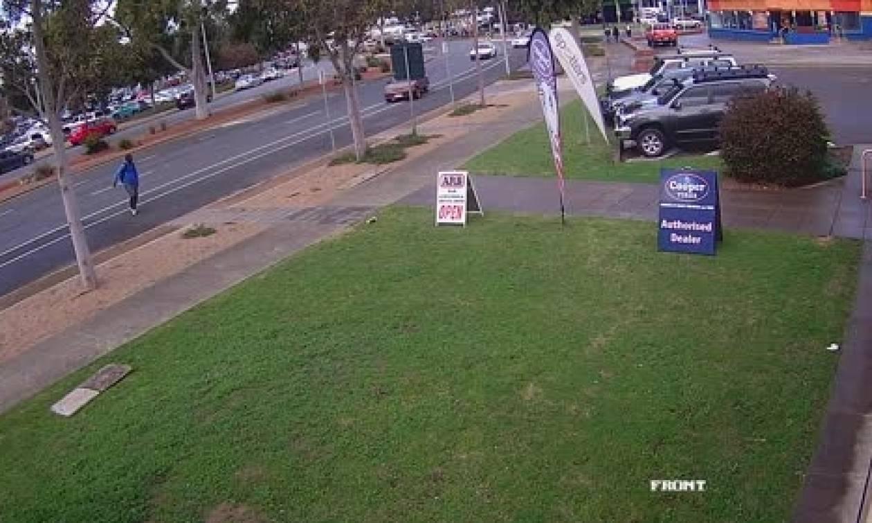 Σκληρές εικόνες: Αυτοκίνητο με τρελή πορεία χτυπά άντρα ενώ εκείνος τρέχει να το αποφύγει (video)