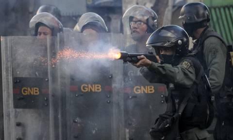 «Φωτιά» παίρνει ξανά η Βενεζουέλα: Στο αίμα βάφτηκε η γενική απεργία  (ΠΡΟΣΟΧΗ! ΣΚΛΗΡΕΣ ΕΙΚΟΝΕΣ)