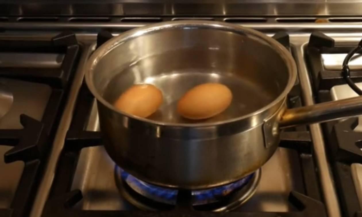Το απίθανο κόλπο για να μην σπάνε ποτέ τα αυγά όταν τα βράζετε (video)