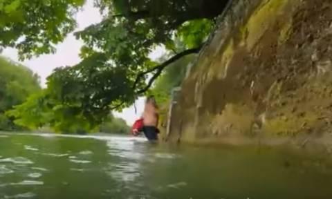 Απίστευτο: Κολυμπάει κάθε μέρα 2 χλμ. για να πάει στη δουλειά του! (vid)