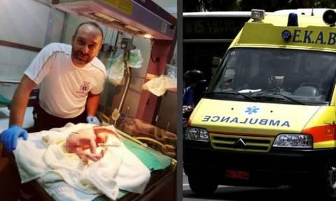 Διασώστης του ΕΚΑΒ ξεγέννησε 27χρονη μέσα σε ασθενοφόρο