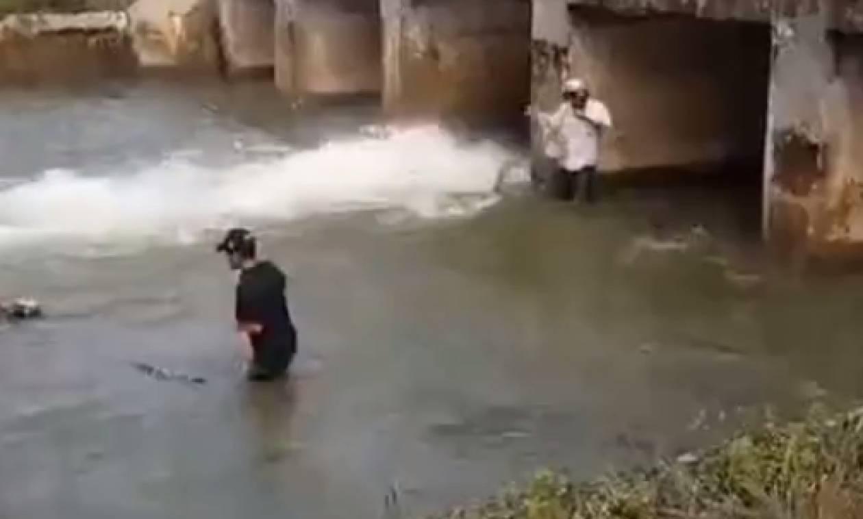 Το ψάρεμα του αιώνα... Δείτε τι ψαρούκλες βγάζουν σχεδόν με τα χέρια! (video)