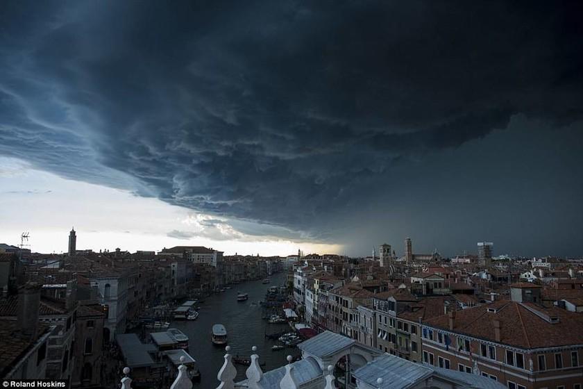 Μοναδικές εικόνες: Σύννεφα βυθίζουν τη Βενετία στο σκοτάδι!