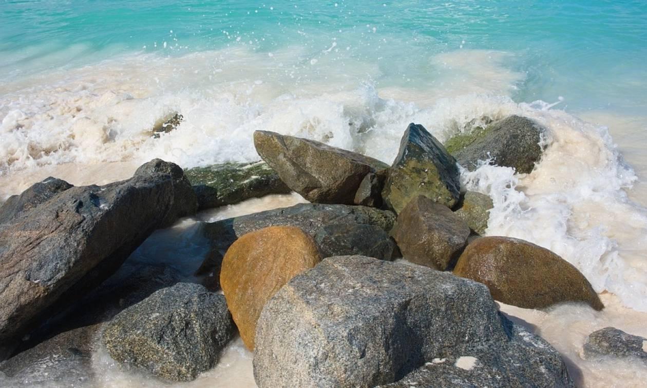 Χαλκιδική: Αγωνία για νεαρή κοπέλα που έπεσε σε βράχια με το κεφάλι