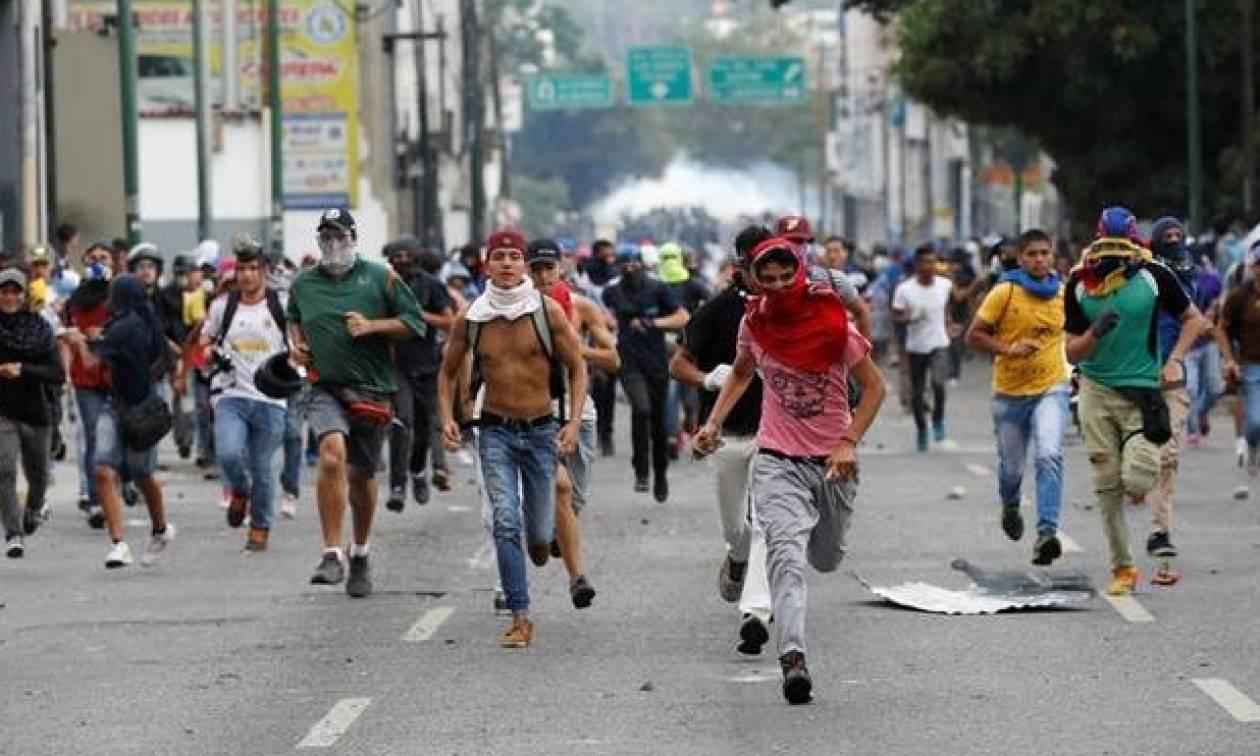 Βενεζουέλα: Αστυνομικοί τραυματίστηκαν από ισχυρή έκρηξη σε διαδήλωση στο Καράκας (vid)